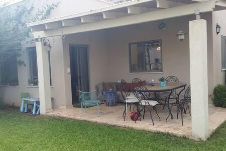 בית פרטי גדול עם חצר בקיבוץ גבעת חיים - Giv'at Shmuel - Apartment
