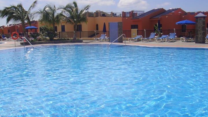 Bungalow con jardín privado y piscina comunitaria