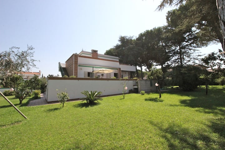 Elegant Seaside Villa Near Rome 2