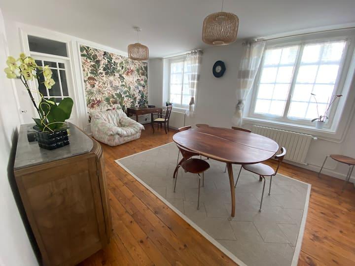 Très bel appartement, lumineux, idéalement situé.