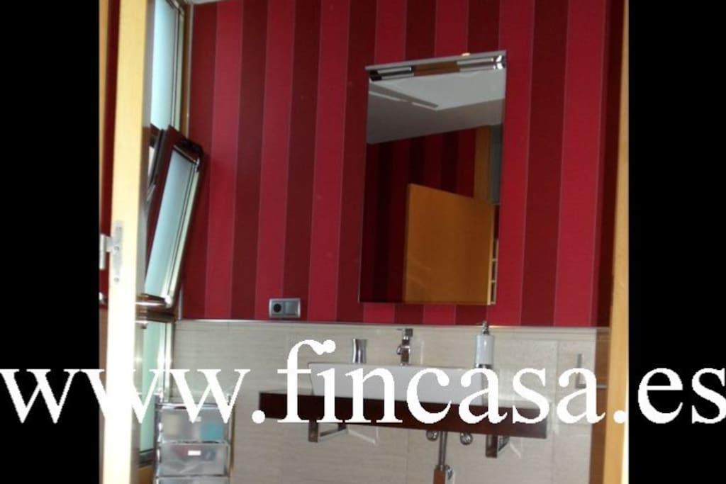 Baño con bañera en dormitorio principal