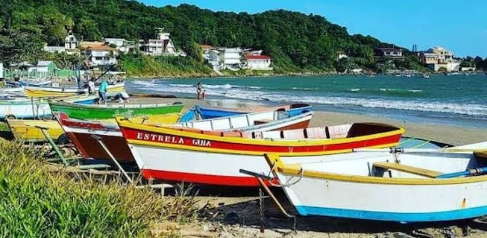 Conheça o Parque Beto Carrero e praias da região.