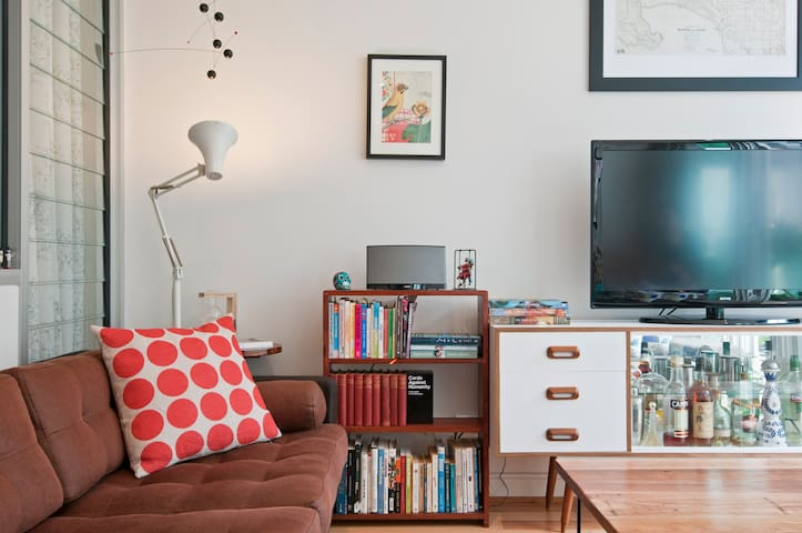 Rustic, vintage and stylish chic city apartment with everything you need to enjoy Melbourne!