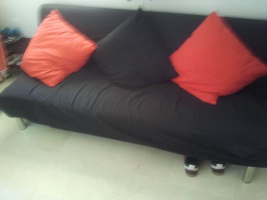 El sofa solo ha sido usado una vez, completamente nuevo