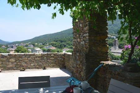 Appartement de charme avec terrasse - Luri