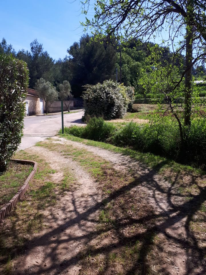 Studio in Ollioules, with terrace and WiFi - 6 km from the beach