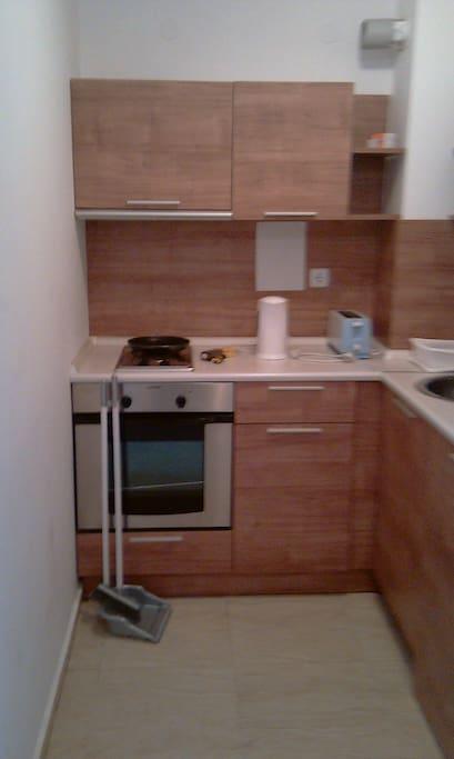 кухня  со всеми принадлежностями и холодильником