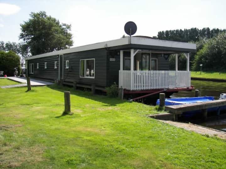Woonboot Waterwoning vakantiehuis in Friesland