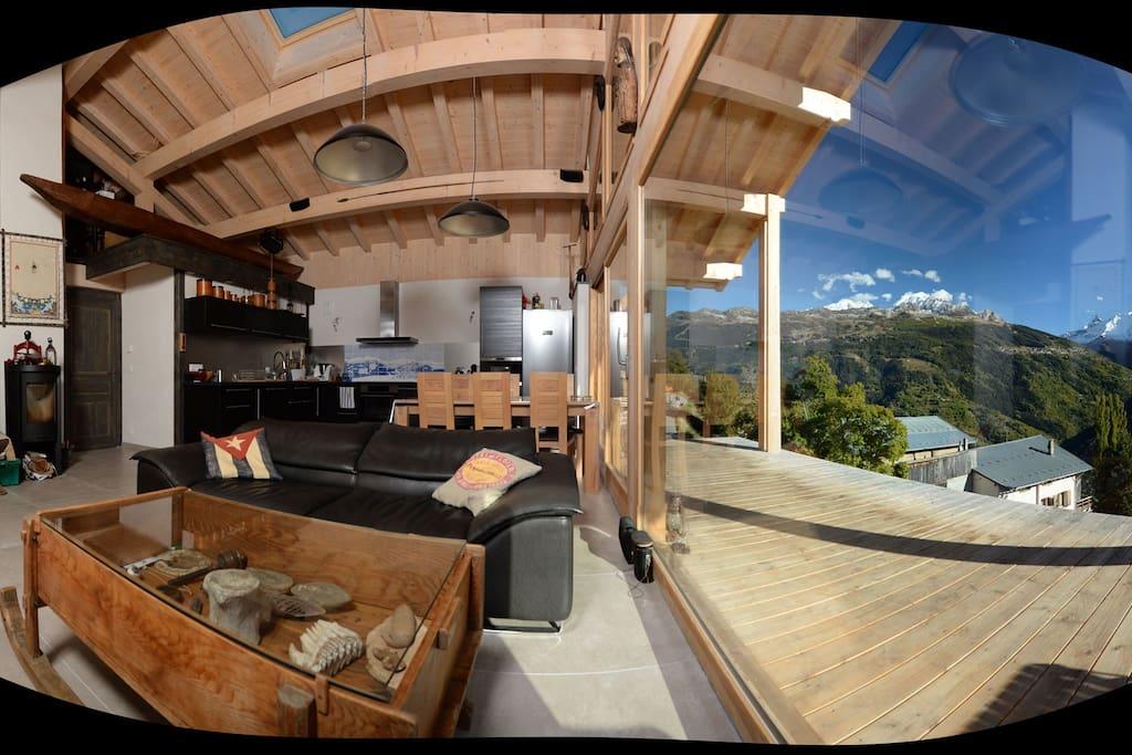 Vue panoramique de la maison en été