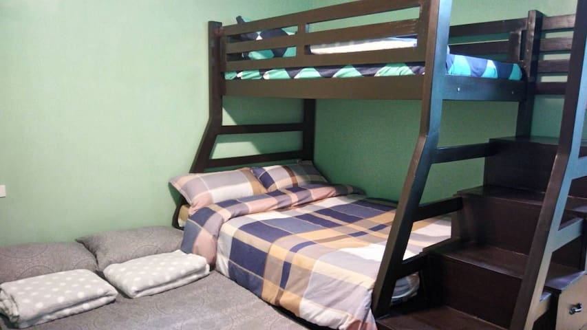 """upper deck single size, lower deck queen size (54""""x75""""), pull out full size. BED ARRANGEMENT FOR 5 PAX"""