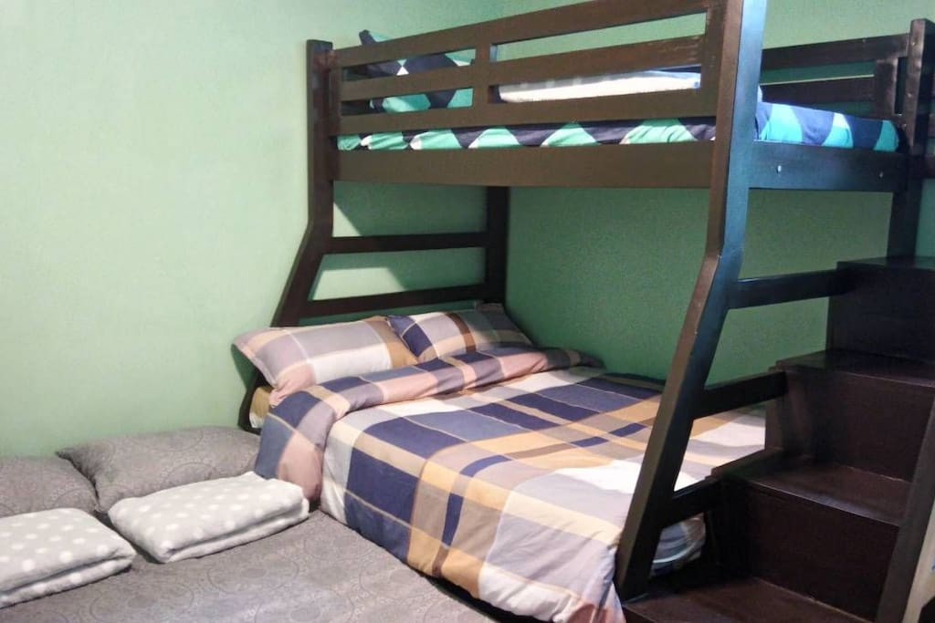 "upper deck single size, lower deck queen size (54""x75""), pull out full size. BED ARRANGEMENT FOR 5 PAX"