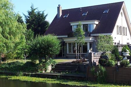 Kingsize flat in Historic Volendam - Apartment
