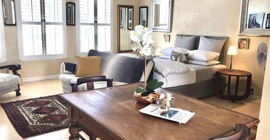 Studio 904 Pied de Térre - classy & cozy!