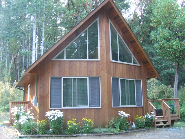 Private cedar home nestled in woods - Nanoose Bay - บ้าน