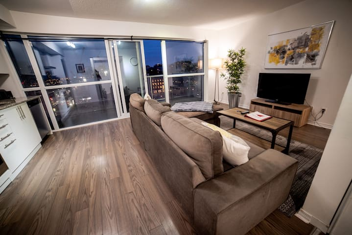 Luxurious Living in Heart of DT Toronto-1 BD Suite