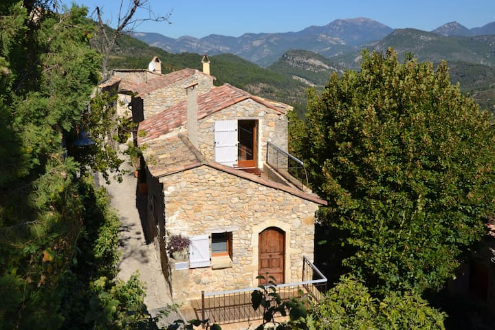 Petite maison perchée sur un piton  - Montaulieu - บ้าน