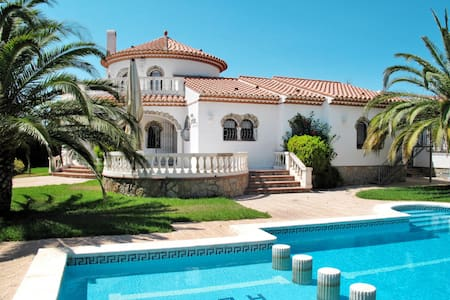 Spacious and bright holiday villa with pool