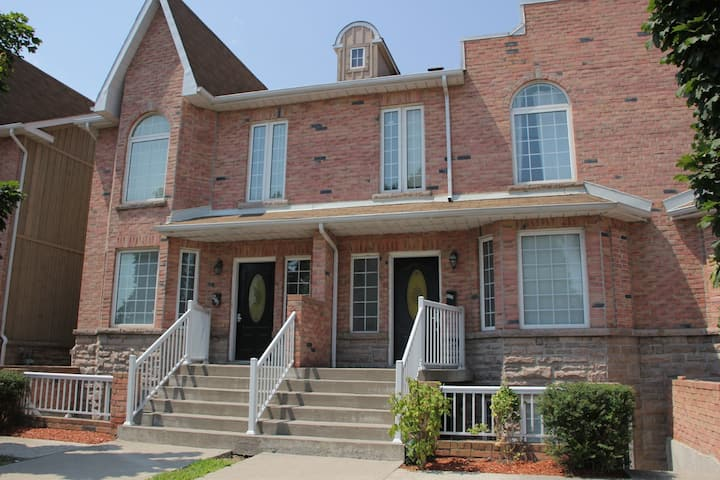 Spacious and Bright Townhome in Downtown Whitby