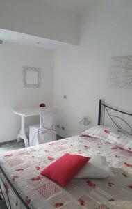 Strada Facendo: due camere con bagni e cucina - Centallo - Dům