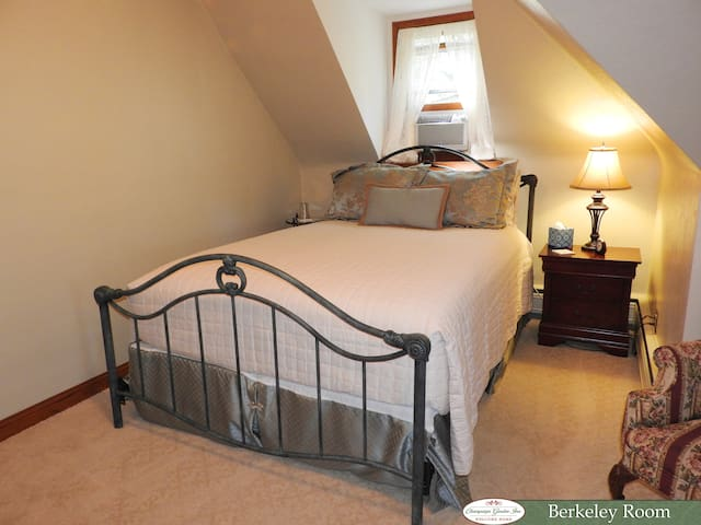 Queen Bed With Detached Private Bath Across Hall - Champaign - Bed & Breakfast