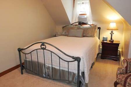Queen Bed With Detached Private Bath Across Hall - Champaign