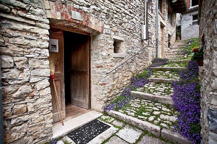 """Scalinata ed ingresso della locazione turistica """"Borgo Stramare"""""""