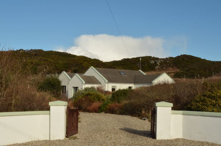 Spacious holiday home close to sea. - County Donegal - House