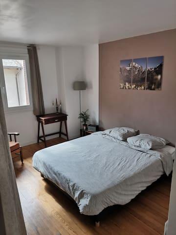 Chambre première étage, lit queen size (160x200), grande panderie