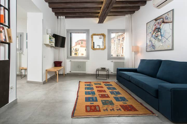 New - Top floor apartment with view over the roofs