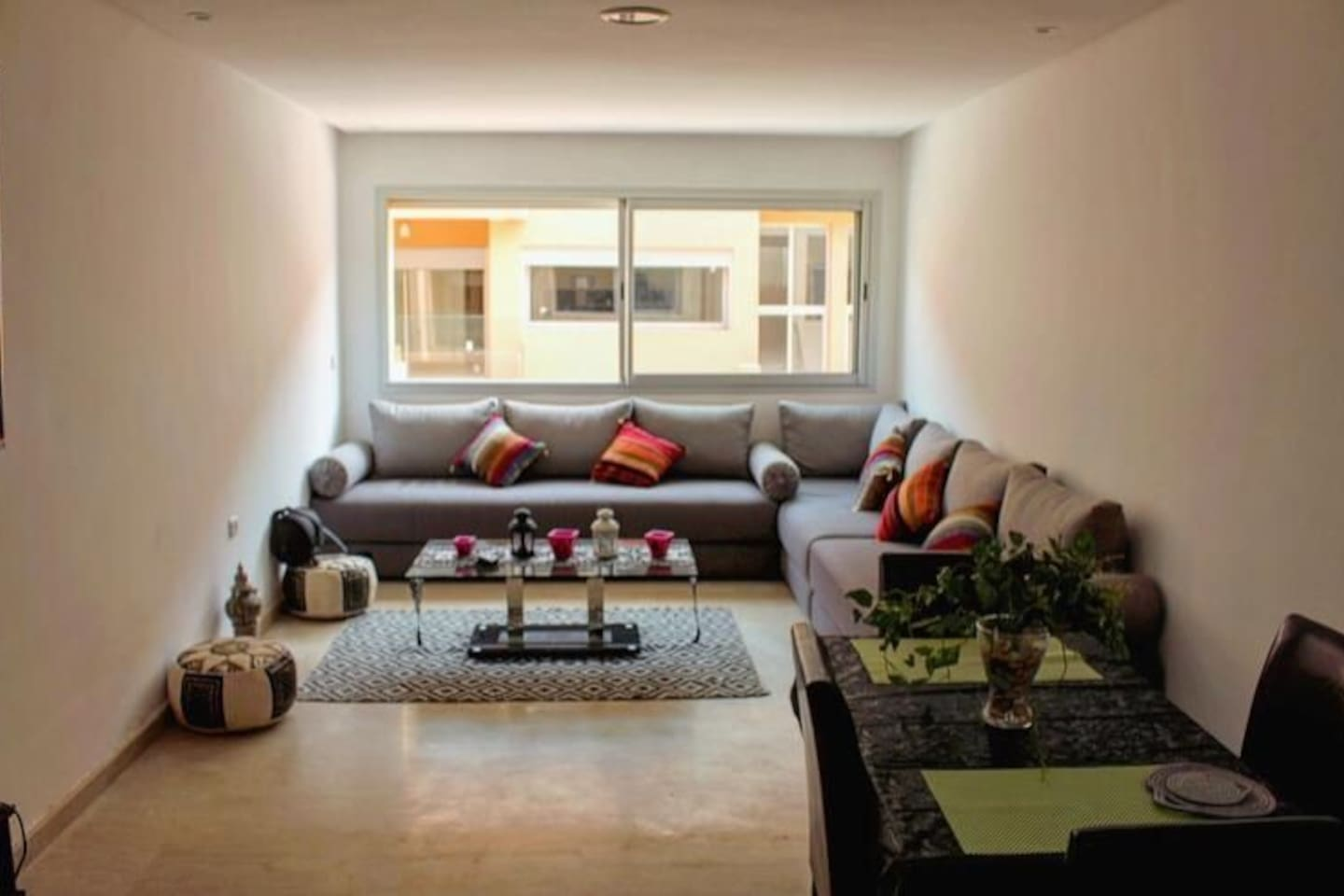 A 20m² large living room. Illuminated space and a wide range of moroccan decoration. You can enjoy watching TV, working or having a meal in this space.