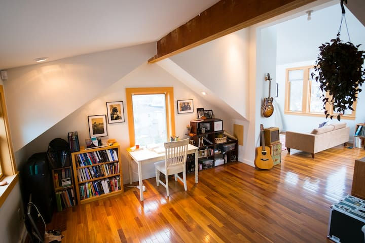 Unique, luxurious Winooski Circle Rm in Townhouse - Winooski - Townhouse