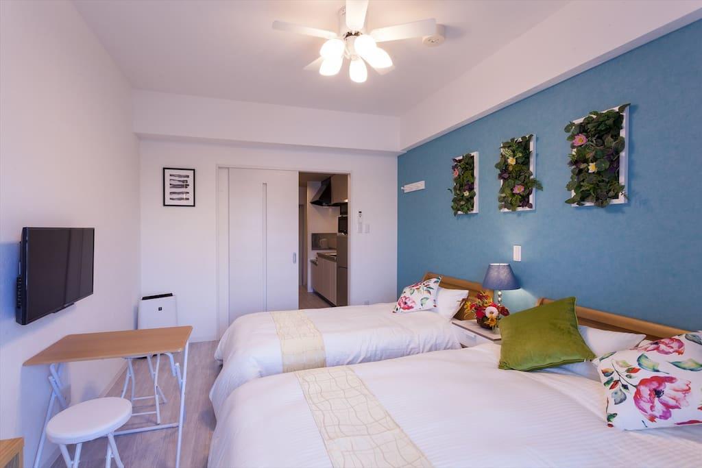 フローラルラージツイン<26㎡>3名様宿泊可能です。天井扇・キッチン・洗濯&ガス乾燥機・Wi-Fi・VOD無料・快適なフランスベッドを導入。