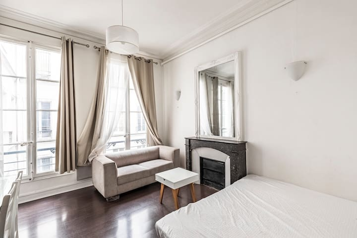Pretty Parisian studio in the heart of 8th, St. Honoré Madeleine / Monthly