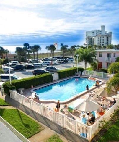 A Beach Stay in a Valued Priced Beach Condo - Saint Pete Beach - Apartment
