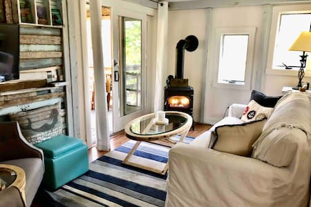 Beach Knoll: quiet cozy 2bd Townhouse, fireplace