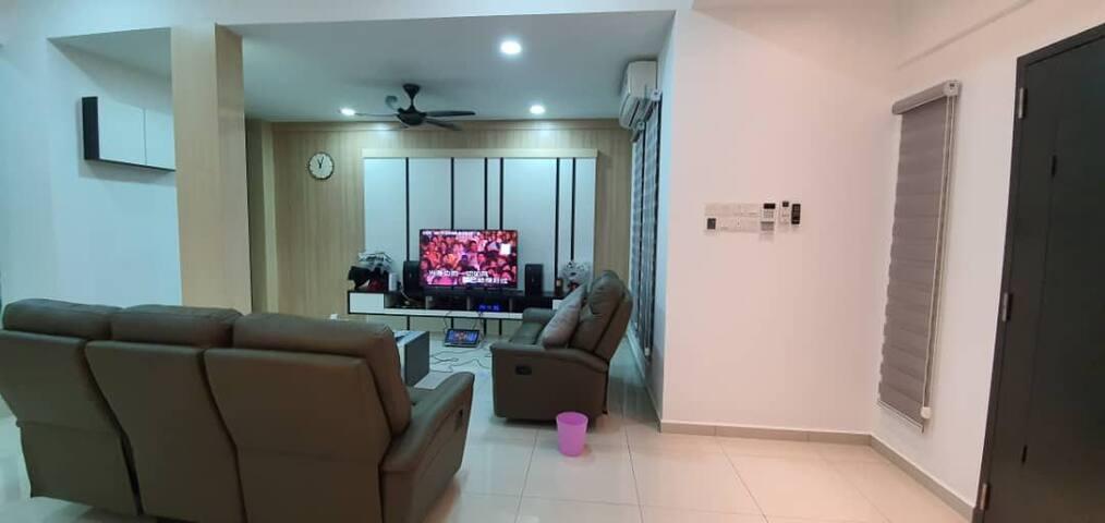 4 Bedrooms house with *Karaoke* TV Box* WiFi*