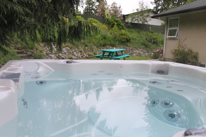 Revelstoke Mountain Guesthouse - With Hot Tub