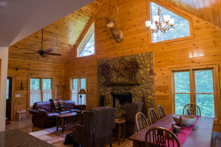 Upscale Cabin with pond & Vineyard, near Creek.