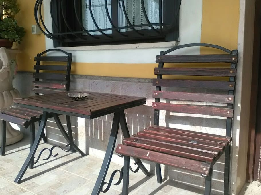 tavolo esterno ingresso alloggio
