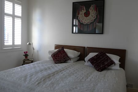 King/twin ensuite room in town centre apartment - Pis