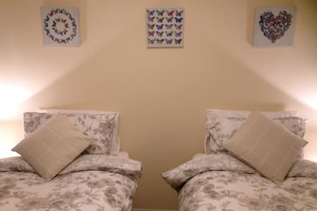 Seafront twin bedroom - Ayr