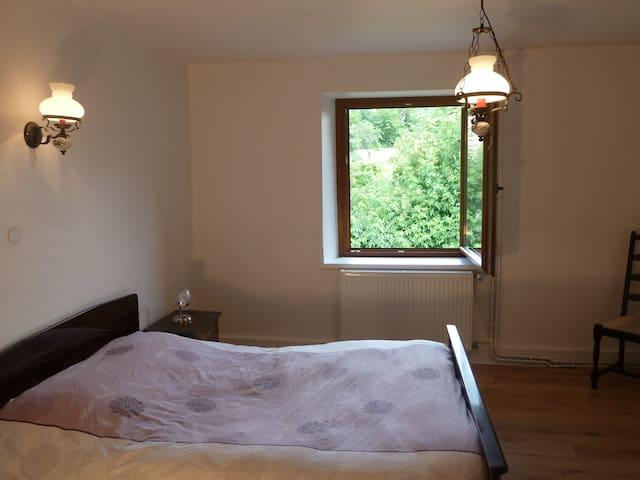 A l'étage une chambre avec un lit double.