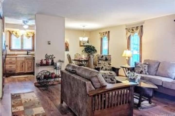 Condo for 2~ Hendersonville, near downtown - WIFI