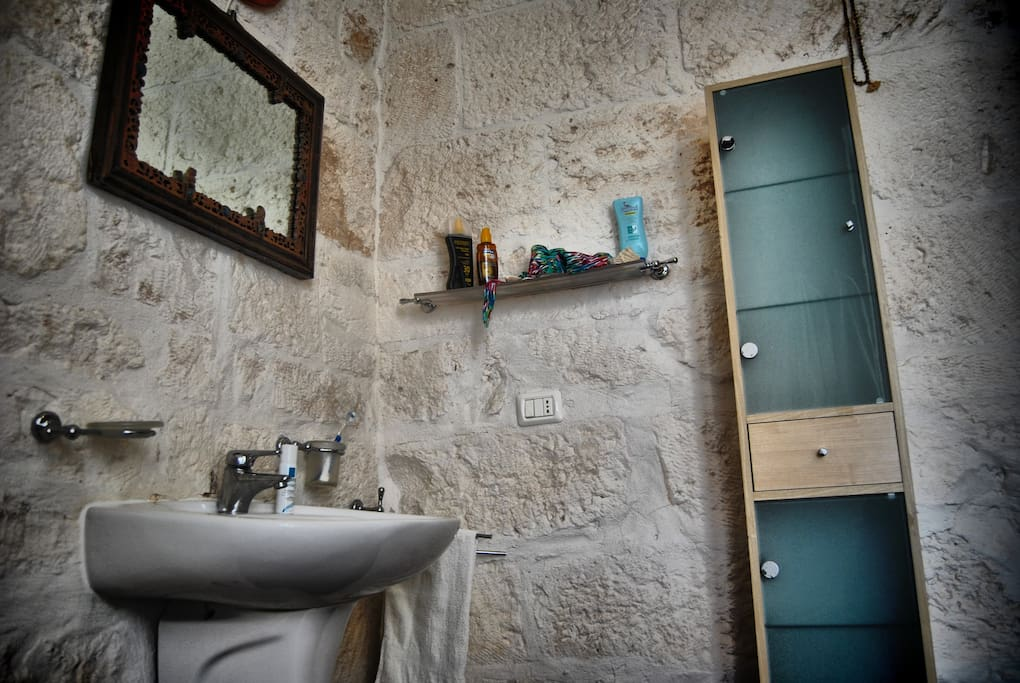 Angolo del bagno con vasca /Corner of the toilet with bath