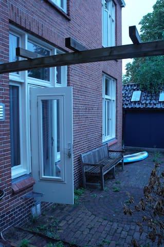 Buitenverblijf met bankje. 's ochtend staat de zon op deze zijde van het appartement.