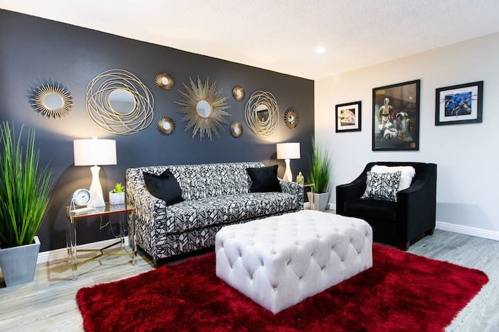 Economical Rate★☆⭐️Star Wars★☆⭐️4K TV, King Bed, Patio, Parking. onsite W/D