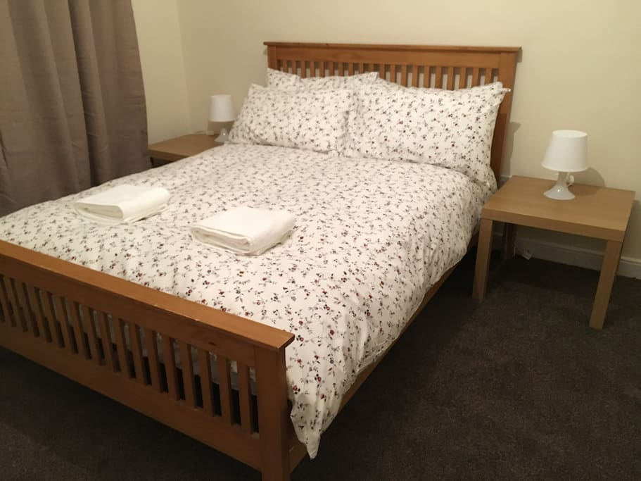 Comfy bed with an excellent quality mattress and a feather and down quilt.  Clean towels provided