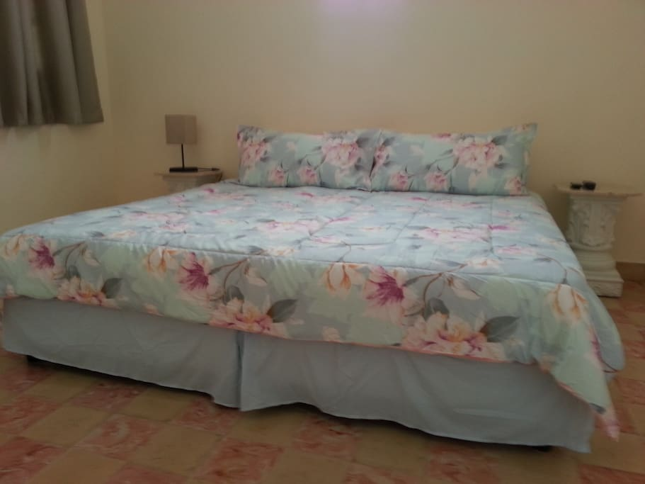 Dormitorio con cama king size