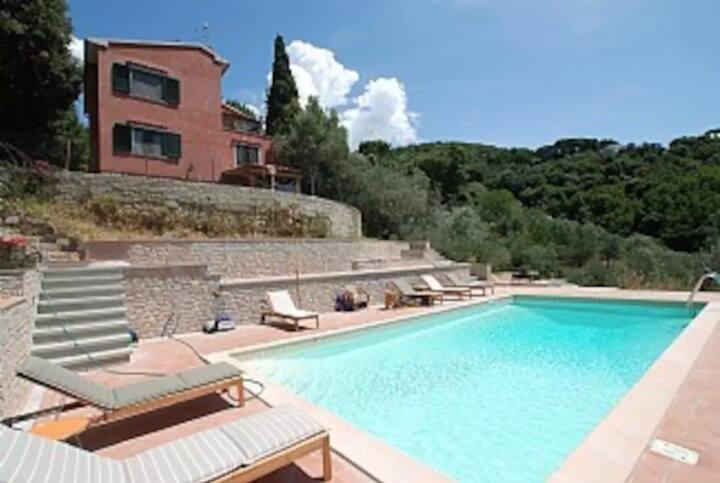 Villa con piscina nelle colline toscane