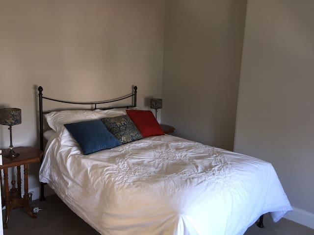 Quiet beautiful Double Room - Victorian Town House